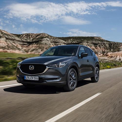 Mazda CX-5, Halbseitenansicht on the road, silber