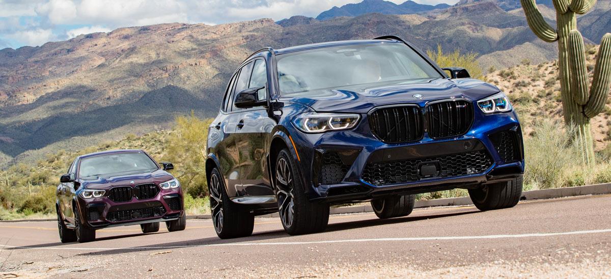 BMW X5 M Competition und X6 M Competition, halbseitenansicht von vorne, stehend, blau