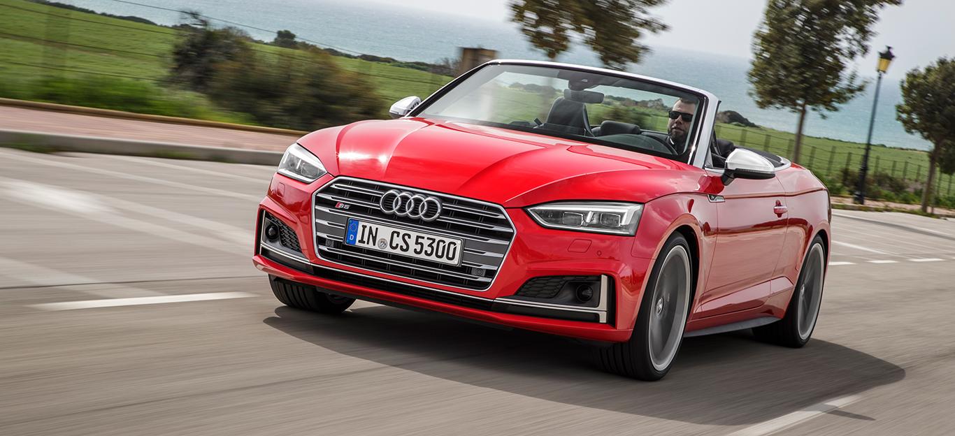 Halbseitenansicht eines roten Audi A5 Cabrios