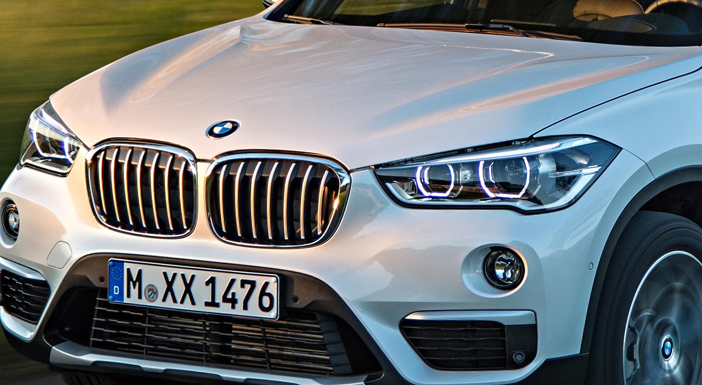 """Im X1 """"Sport Line"""" schon mit drin, im """"Advantage"""" noch aufpreisig: die LED-Scheinwerfer mit Tagfahr- und Positionslicht in den Lichttuben des Hauptscheinwerfers."""