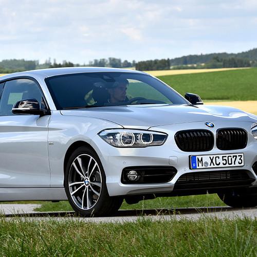 BMW 1er, Halbseitenansicht von vorn, stehend, hellgrau