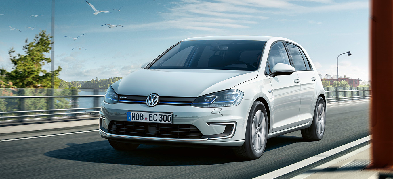VW e-Golf, Halbseitenansicht von vorne, fahrend, weiß
