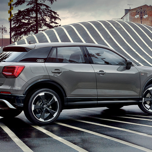 Audi Q2 Edition 1, Halbseitenansicht von hinten, stehend, grau