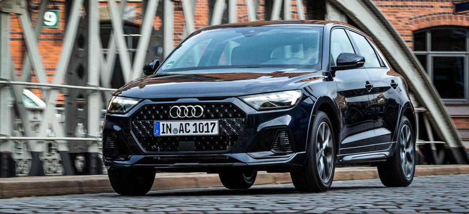 Audi A1 citycarver, Halbseitenansicht von vorne, stehend, dunkelblau