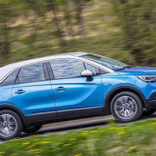Opel Crossland X in blau, Fahraufnahme seitlich
