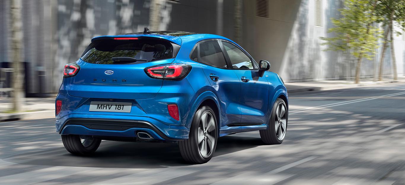 Ford Puma, Halbseitenansicht von hinten, fahrend, blau