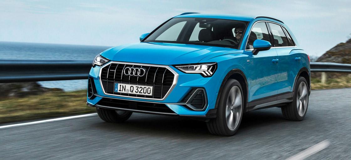 Audi Q3, Halbseitenansicht von vorn, fahrend, blau