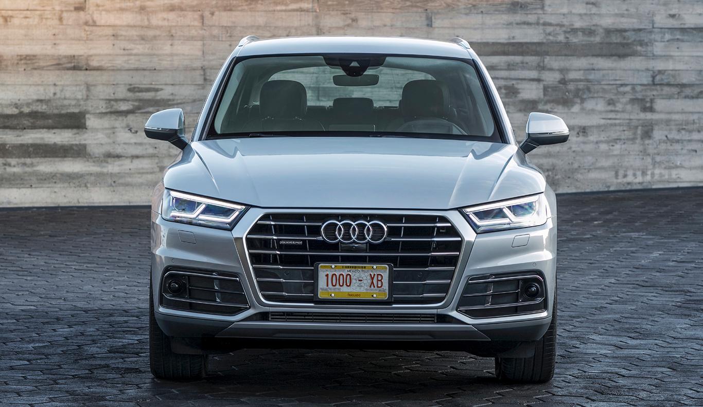 """Mitunter erkennbar an seinem Unterfahrschutz in """"Selenitsilber matt"""": Der Audi Q5 """"sport"""". Die seitliche Lufteinlassgitter sind in """"Titanschwarz matt"""" gehalten mit Lamellen in Aluminiumsilber."""
