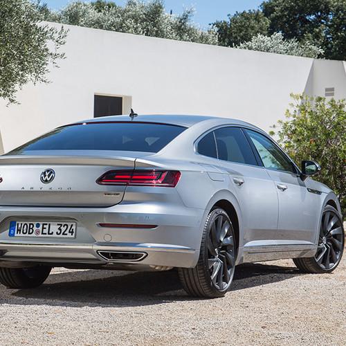 VW Arteon, Halbseitenansicht von hinten, stehend, silber