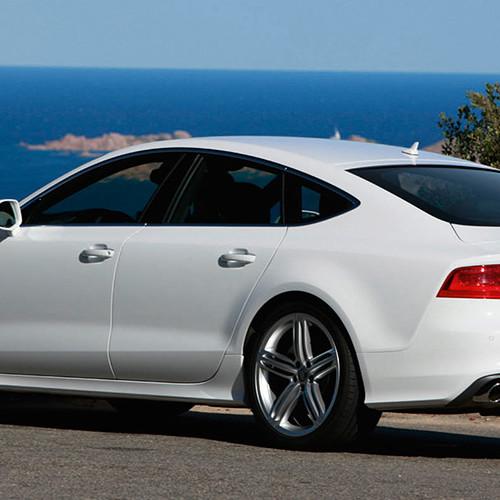 Ein Audi A7 Sportback in weiß.