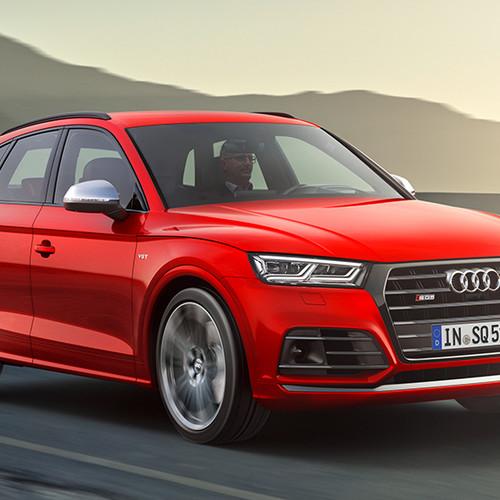 Audi SQ5, Halbseitenansicht von vorn, fahrend, rot