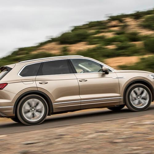VW Touareg, Seitenansicht, fahrend, hellbraun