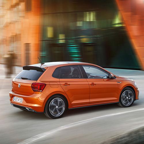 VW Polo, Halbseitenansicht von hinten, fahrend, orange