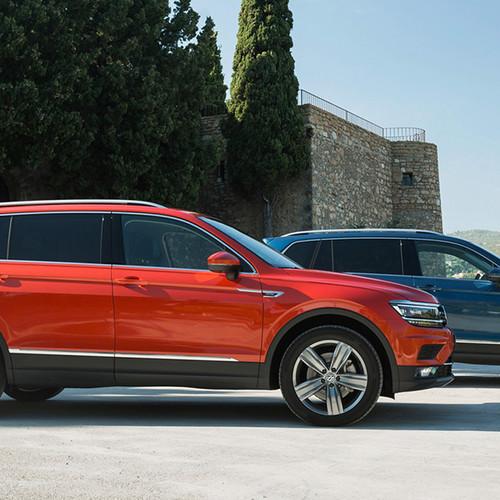 VW Tiguan Allspace, Seitenansicht, 2 Modelle, stehend, rot und blau