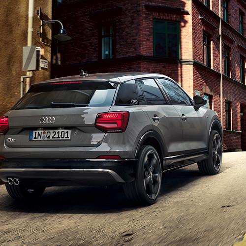 Audi Q2, Halbseitenansicht von hinten, fahrend, grau