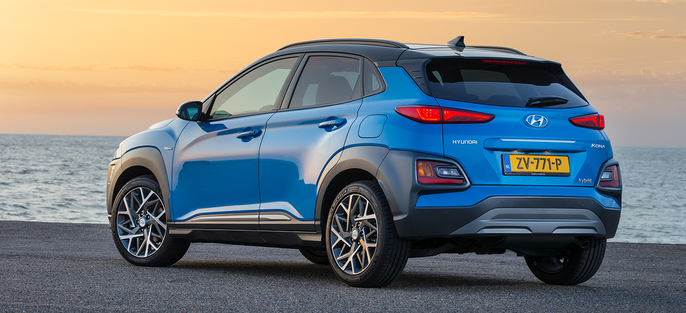 Hyundai Kona Hybrid, Halbseitenansicht von hinten, stehend, blau