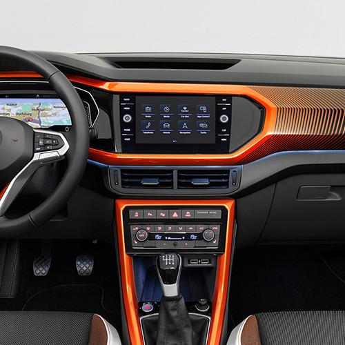 Amaturenbrett und Navigationsystem eines VW T-Cross 2019