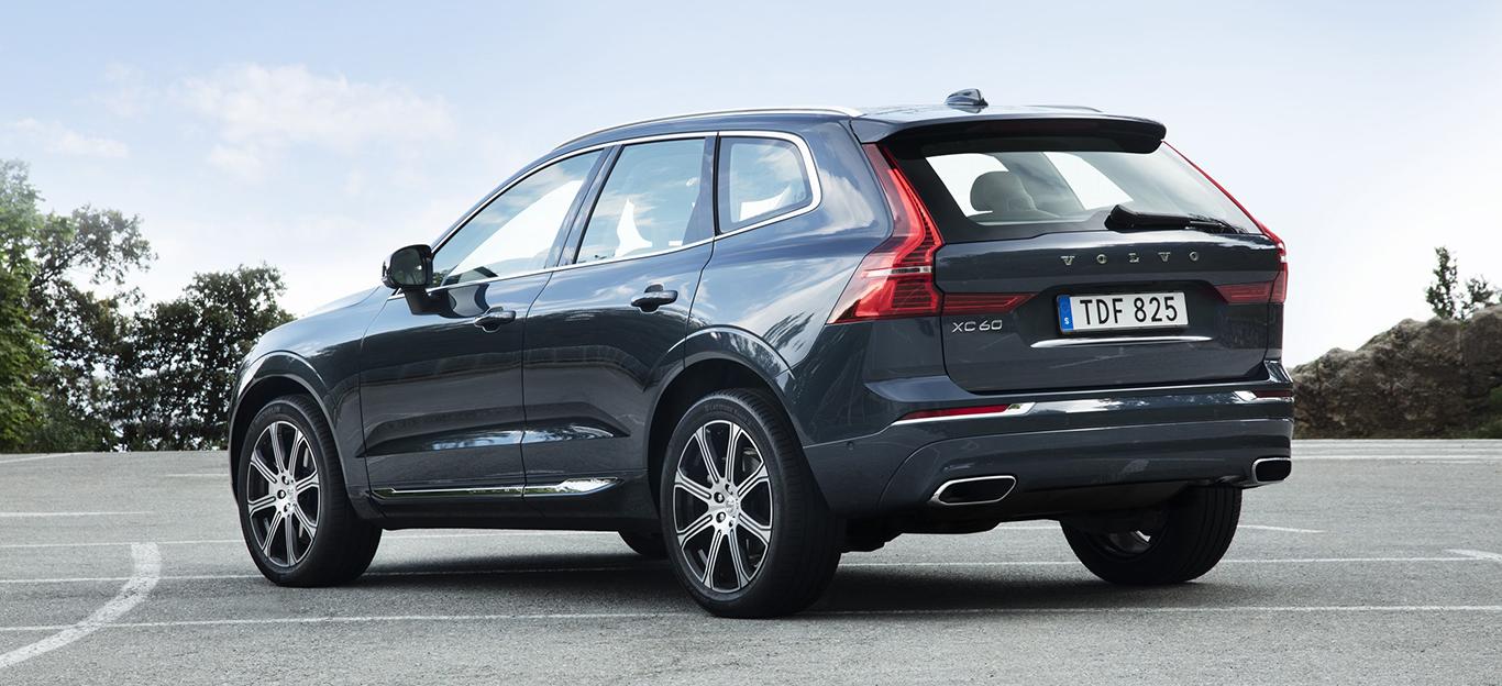 Volvo XC60, Halbseitenansicht von hinten, stehend, dunkelblau