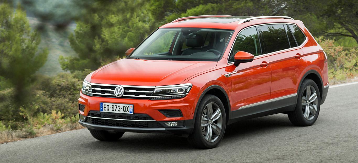 VW Tiguan Allspace, Halbseitenansicht von vorne, stehend, rot-orange