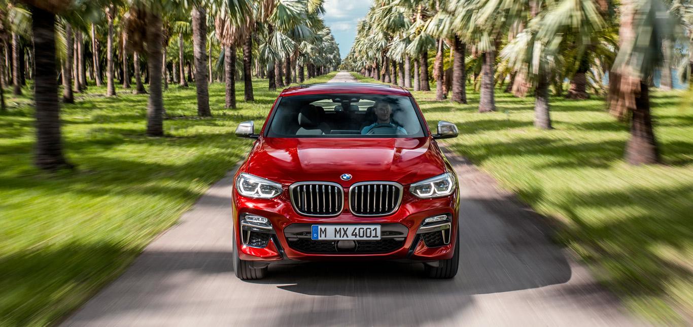Ein roter BMW X4 auf einer Straße.