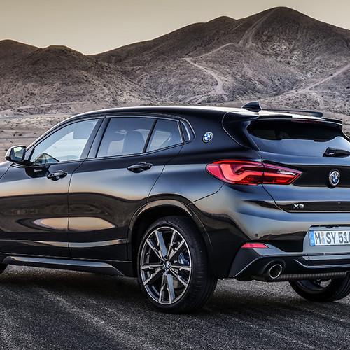 BMW X2 M35i, Halbseitenansicht von hinten, stehend, schwarz