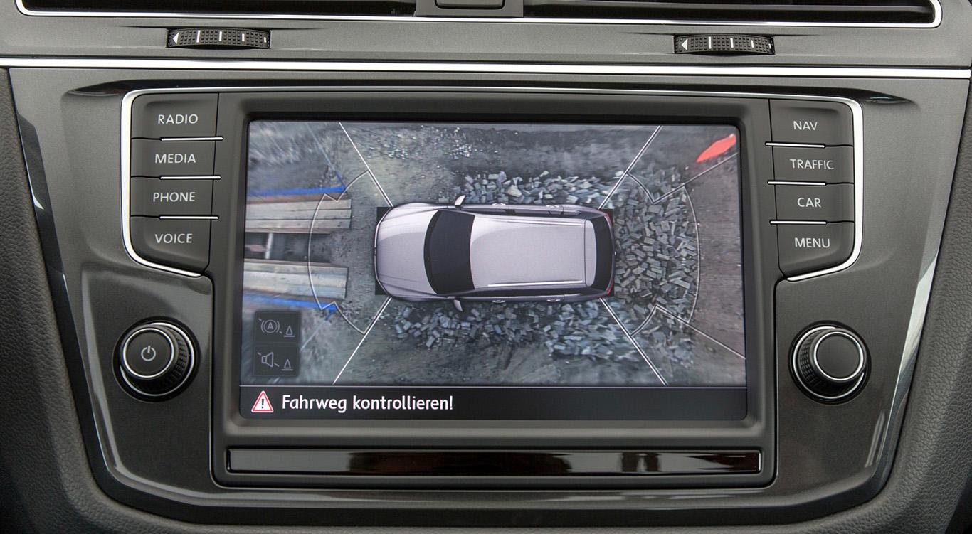 """Technik-Upgrade: Der Tiguan lässt sich optional mit """"Area View"""" bestücken. Diese Zusatzfunktion kommt mit Rückfahrkamera und gewährleistet die digitale Umfeldbeobachtung, kostet aber auch 800 Euro extra und setzt weitere Zurüstung voraus."""