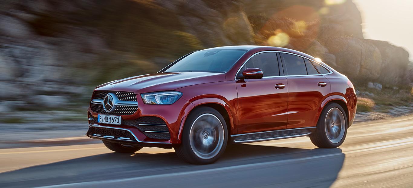 Mercedes GLE Coupé, Halbseitenansicht von vorne, fahrend, rot