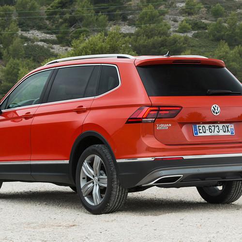 VW Tiguan Allspace, Halbseitenansicht von hinten, stehend, rot