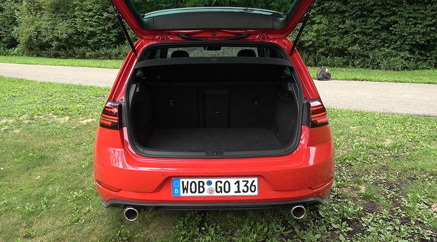 """Das """"Raumwunder Golf"""" bleibt natürlich auch der GTI-Version erhalten: 380 Liter Kofferraumvolumen und 1.270 Liter mit umgeklappter Rückbank"""