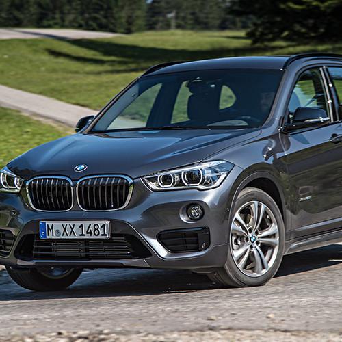 BMW X1, Halbseitenansicht von vorn, stehend, atlaniticgrau
