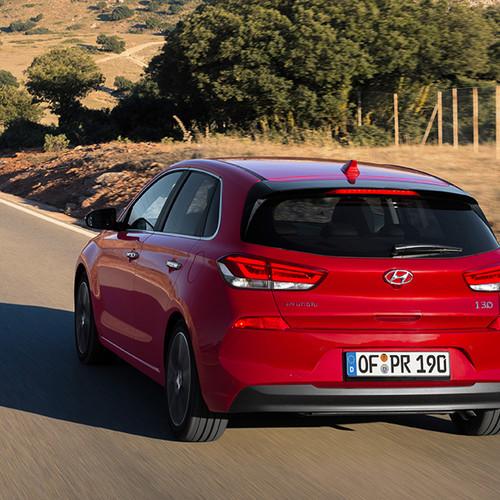 Hyundai i30, Heckansicht, fahrend, rot