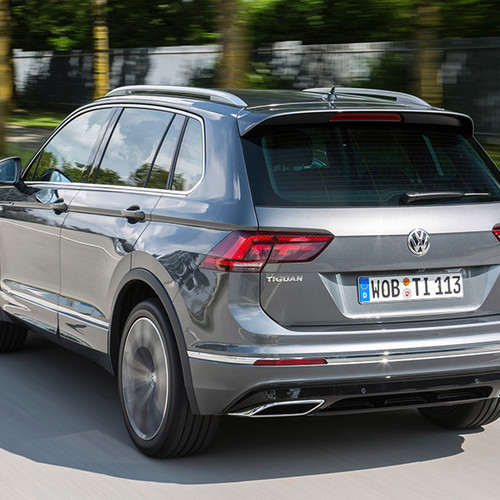 VW Tiguan, Halbseitenansicht von hinten, fahrend, silbergrau