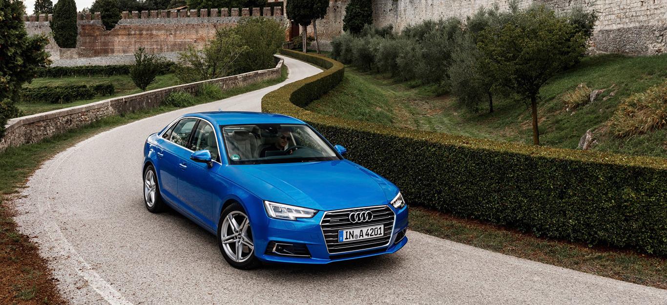 Halnseitenansicht eines blauen Audi A4