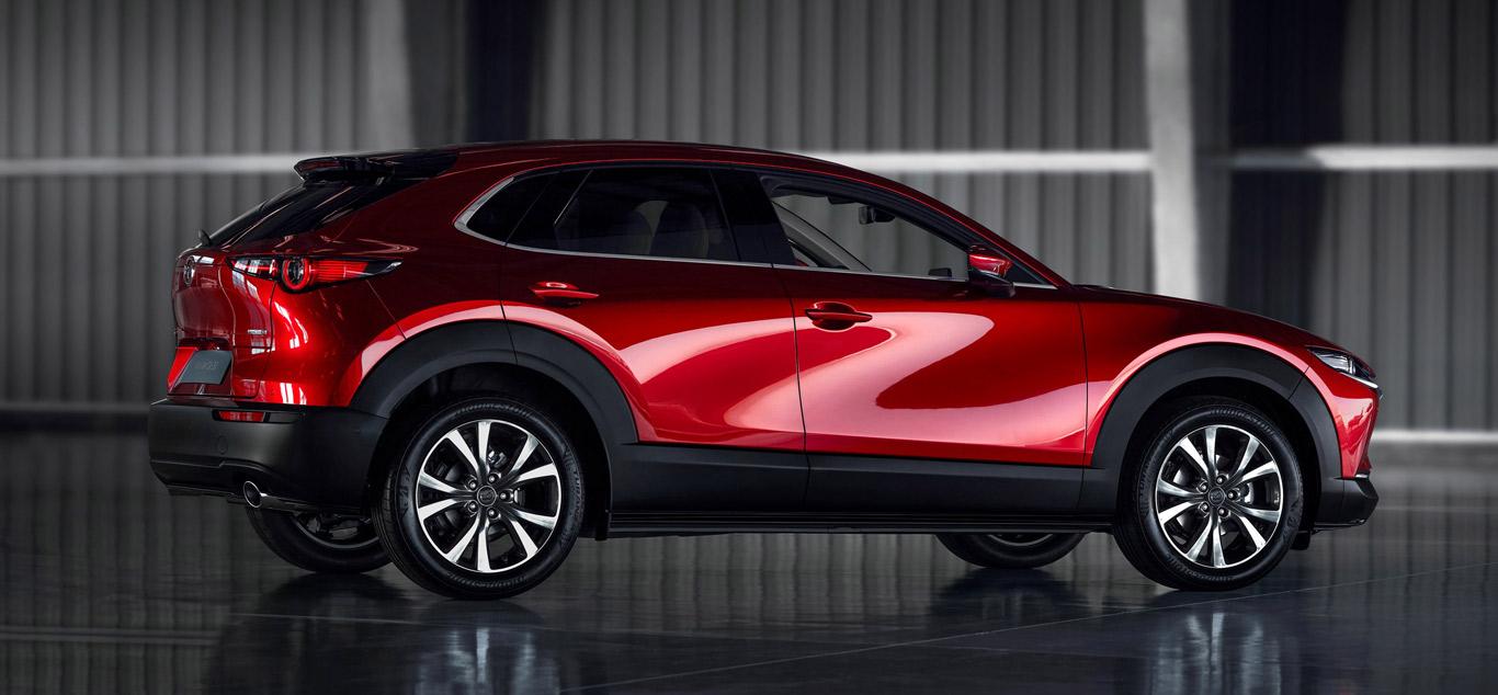 Ein roter Mazda CX-30 in einer Halle. Foto: Mazda