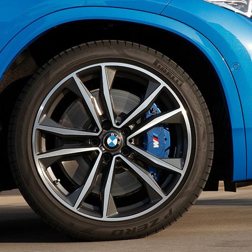 BMW X2 M35i, Nahaufnahme Felgen mit M-Logo