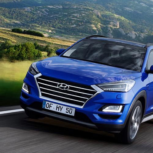 Hyundai Tucson, Halbseitenansicht von vorn, fahrend, blau