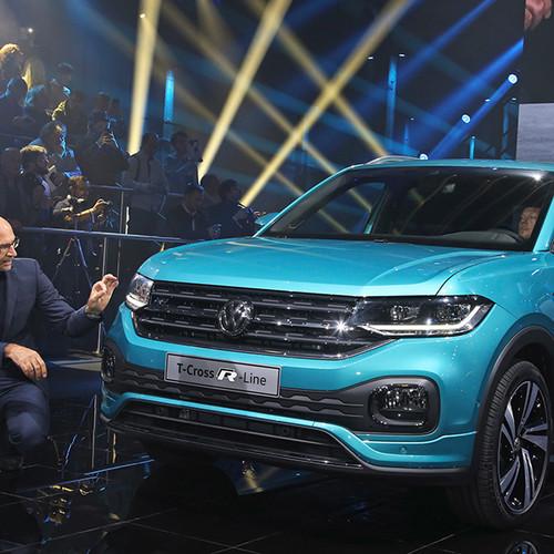 VW T-Cross, Prämieren-Show, Ralf Brandstätter (in der Hocke) vor dem neuen T-Cross (blau)