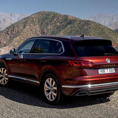VW Touareg, Halbseitenansicht von hinten, fahrend, rot