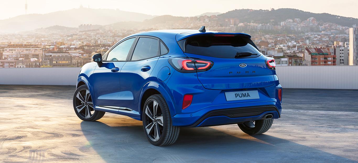 Ford Puma 2019, blau, Halbseitenansicht von hinten, stehend