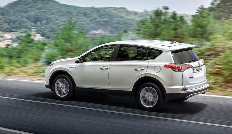 Toyota RAV4, Halbseitenansicht von hinten, fahrend, weiß