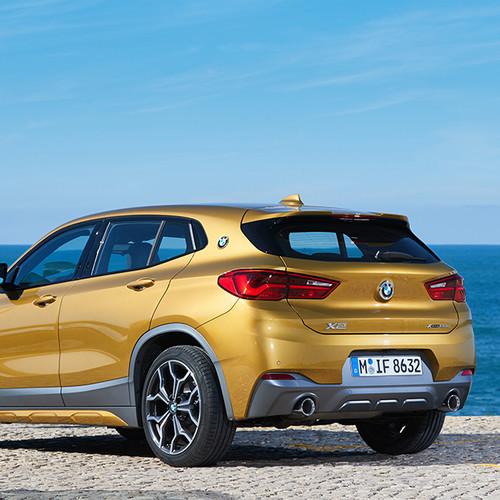BMW X2, Halbseitenansicht von hinten, gold