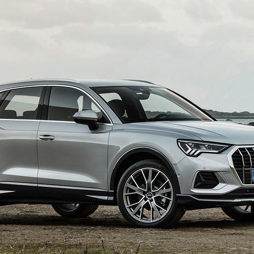 Audi Q3 2019, Halbseitenansicht von vorn, stehend, silbergrau