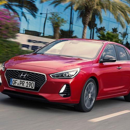 Hyundai i30, Halbseitenansicht von vorn, fahrend, rot