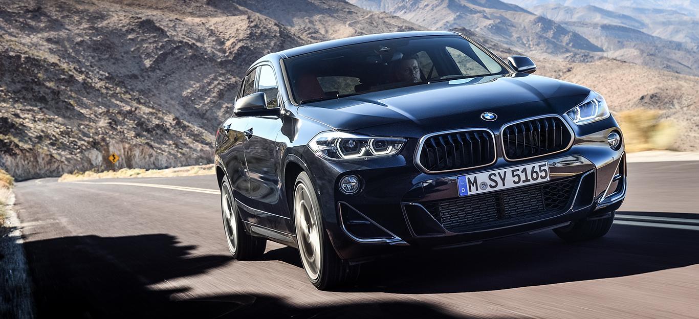 BMW X2, Halbseitenansicht von vorn, fahrend, schwarz