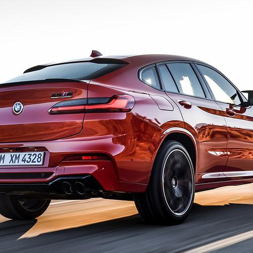 BMW X4 M, Halbseitenansicht von hinten, fahrend, rot