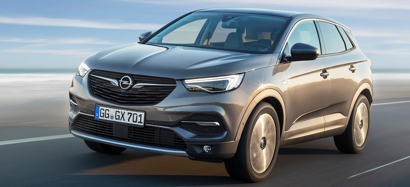 Opel Grandland X in silber, Fahraufnahme von halbseitlich vorne