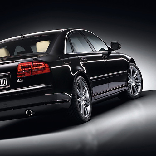 Ein Audi A8 vom Typ 3D/4E in Schwarz von hinten.