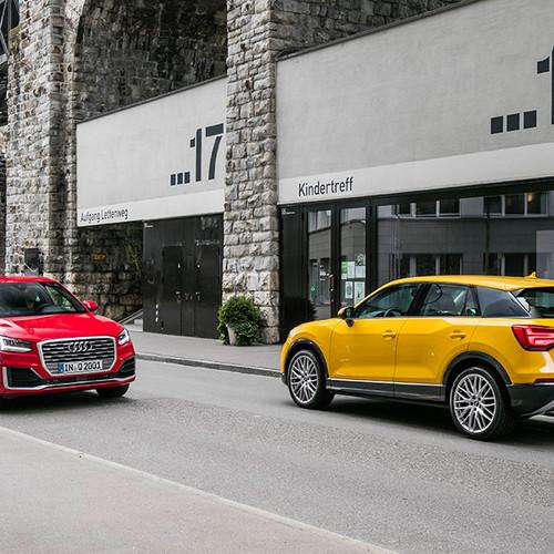 Audi Q2, zwei Fahrzeuge, gelb und rot