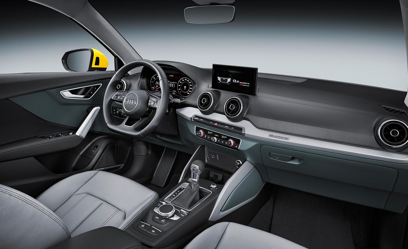 """Das Innere des Audi Q2 """"design"""" kennzeichnen die Dekoreinlagen in weißem Eloxal-Lack. Das Cockpit ist hier im Bild mit Multifunktions-Sportkontur-Lederlenkrad und weiteren Eyecatchern aufgepeppt."""