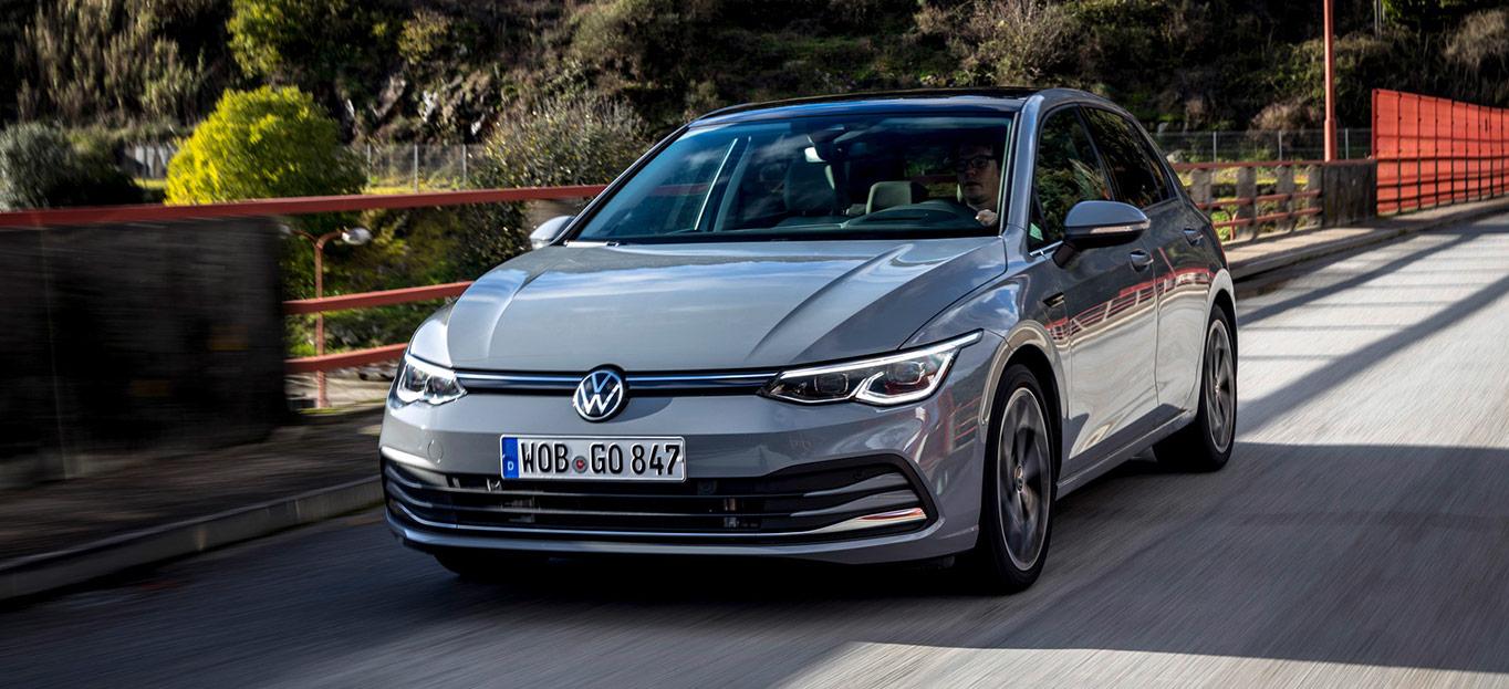VW Golf 8, Halbseitenansicht von vorne, fahrend, grau